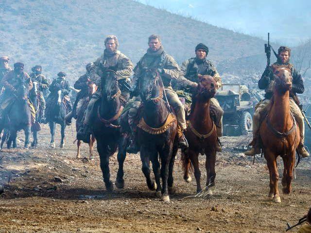 『ホース・ソルジャー』武器は魂と馬。9.11直後、敵勢5万人に対し、たった12人で戦いに挑んだ米軍騎馬隊〈グリーンベレー〉。