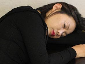 酔いつぶれた取引先の韓国女子に夜這いをかけて寝たふりしながらそのまま中●し